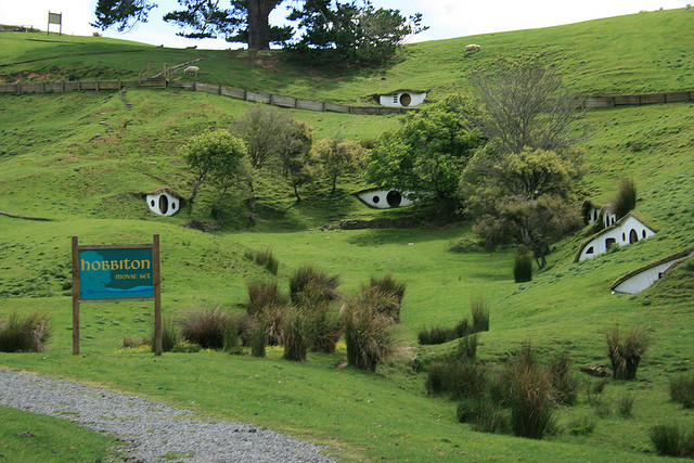 Hobbiton set in Matamata. Photo by Tara Hunt.  License: http://creativecommons.org/licenses/by-sa/4.0/legalcode
